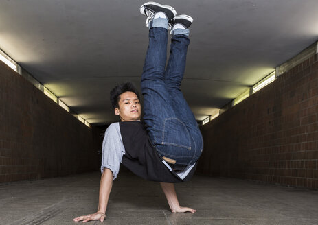 Young breakdancer in underpass - STS000386
