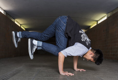 Young breakdancer in underpass - STS000381