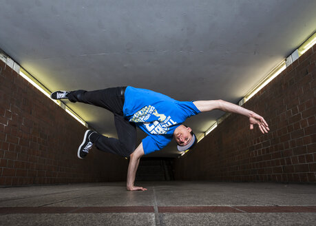 Young breakdancer in underpass - STS000380