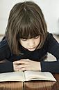 Portrait of reading girl - LVF000950