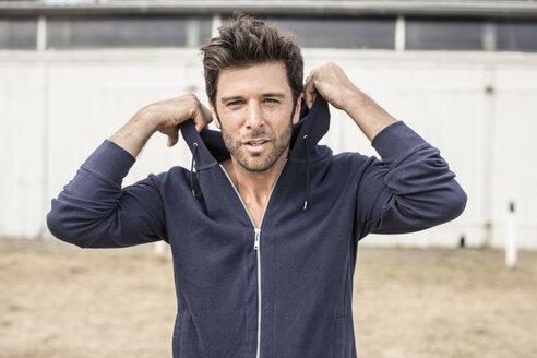 Portrait of man wearing hooded jacket - MUMF000033