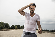 Portrait of man with wet t-shirt - MUMF000030