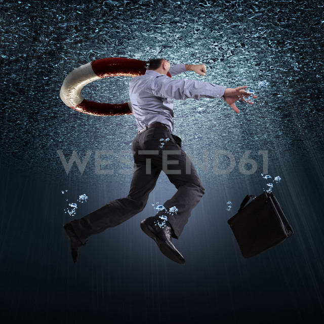 Drowning buinessman with life belt - VTF000190 - Val Thoermer/Westend61