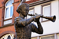 Germany, Lower Saxony, Hameln, Statue of Pied Piper of Hamelin - HOHF000630