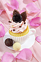 Baking dish formed like a cup with decorated cupcake on pink crepe paper - CSF021168