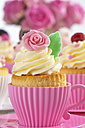 Baking dishes formed like cups with decorated cupcakes - CSF021175