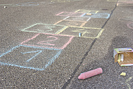 Hopscotch drawing with coloured crayon on asphalt - YFF000080