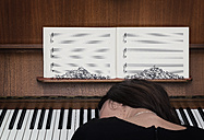 Germany, Bavaria, Woman playing piano, fear of failure - MW000042