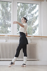 Ballet dancer at a rehearsal - VTF000196