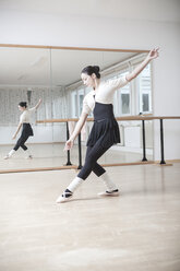 Ballet dancer at a rehearsal - VTF000194