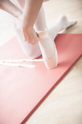 Ballet dancer putting on toe shoes - VTF000191