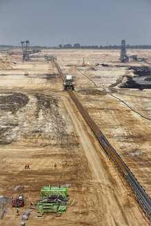 Germany, North Rhine-Westphalia, Garzweiler surface mine, Conveyor belt with coal - RD001240