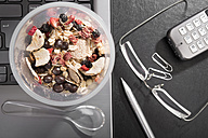 Workplace with fruit and chocolate granola - CSTF000218