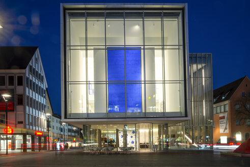 Germany, Baden-Wuerttemberg, Ulm, Kunsthalle Weishaupt , art gallery, Hans-und-Sophie-Scholl-Platz in the evening - WGF000268
