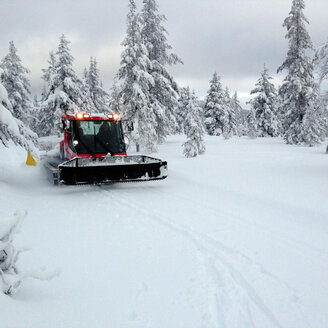 Sweden, Darlana, near Idre, winter landscape and snowcat - TK000340
