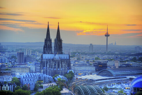 Germany, North Rhine-Westphalia, Cologne, Cityscape, Cologne Cathedral at sunset - PA000594