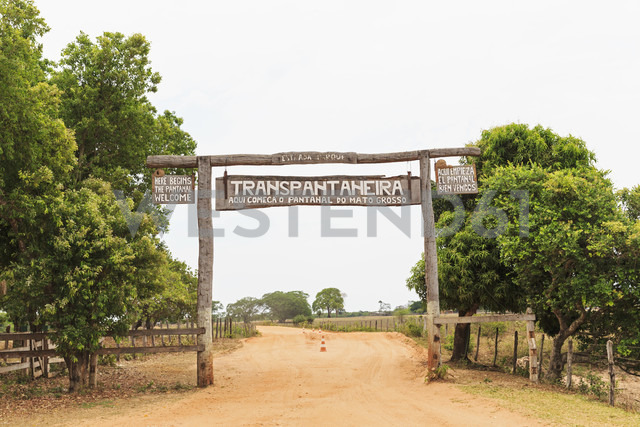 Brazil, Mato Grosso do Sul, Pantanal, Transpantaneira Welcome sign - FO006463