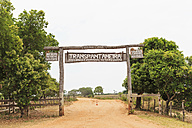 Brazil, Mato Grosso do Sul, Pantanal, Transpantaneira Welcome sign - FO006463