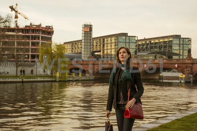 Germany, Berlin, female tourist on the move near central station - FBF000312 - Frank Blum/Westend61