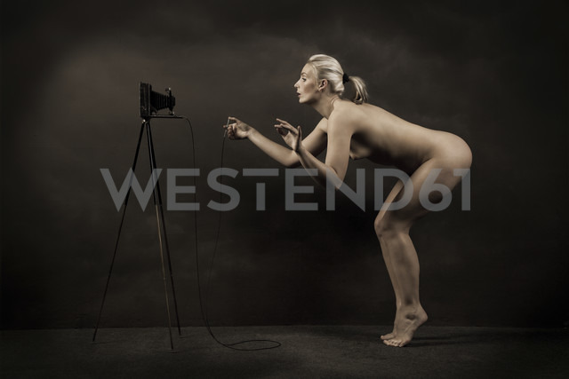 Female nude taking self-portrait - CvK000119