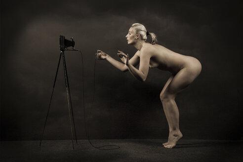 Female nude taking self-portrait - CvK000119