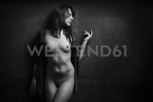 Female nude leaning against wall - CvK000121