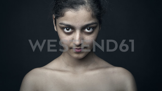 Portrait of a dark-haired woman - CvK000092 - Corwin von Kuhwede/Westend61