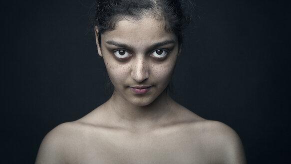 Portrait of a dark-haired woman - CvK000092