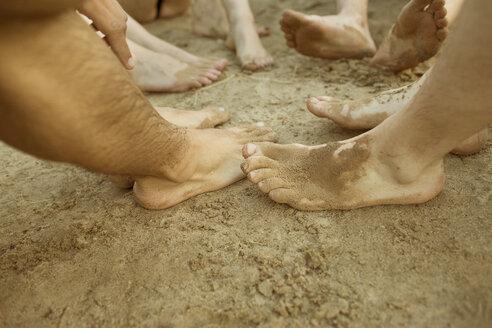 Feet of five friends in sand - MUMF000011