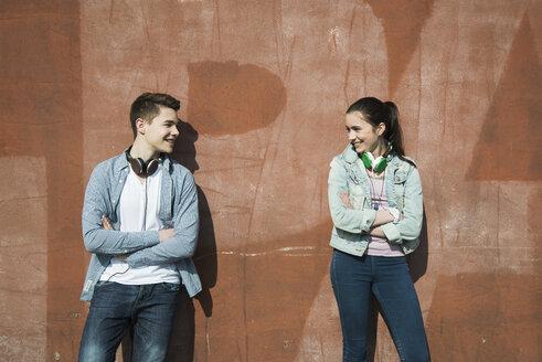 Teenage boy and teenage girl communicating - UUF000186