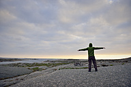 Sweden, Kungshamn, Young man at skerry coast - BR000218