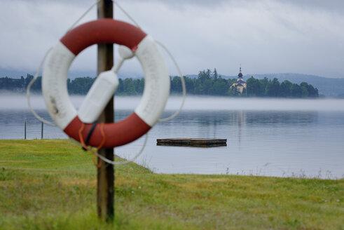 Sweden, Leksand, Lake Siljan, lifebelt and church - BR000278