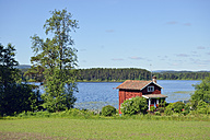 Sweden, Mora, Red hut at Lake Siljan - BR000315