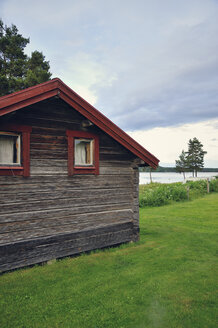 Sweden, Leksand, Frame house at Lake Siljan - BR000309