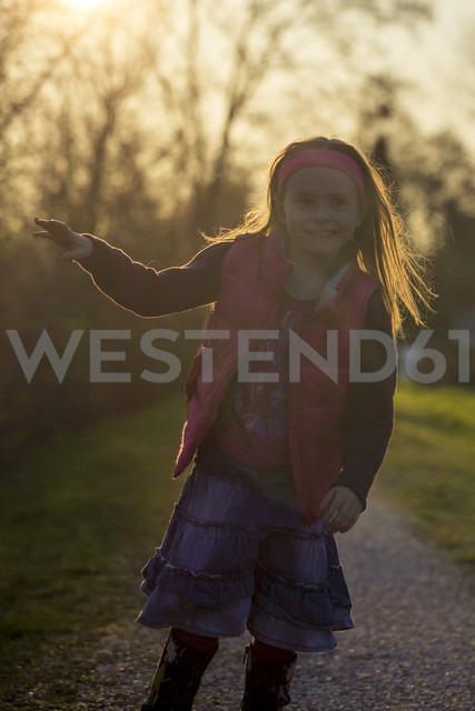Portait of little girl standing at evening twilight - SARF000472 - Sandra Rösch/Westend61