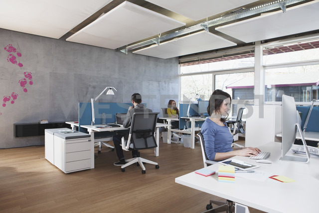 Three colleagues working in modern open space office - RBF001683 - Rainer Berg/Westend61