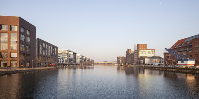 Germany, North Rhine-Westphalia, Duisburg, inner harbour, view to office buildings, Kueppersmuehle and Werhahnmuehle - WIF000571