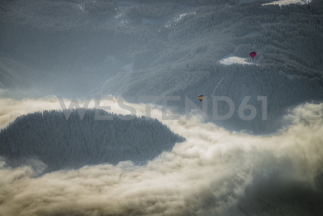 Austria, Salzkammergut, Hot air ballons over forest - STC000036 - Spotcatch/Westend61