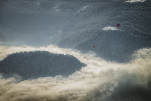 Austria, Salzkammergut, Hot air ballons over forest - STC000036