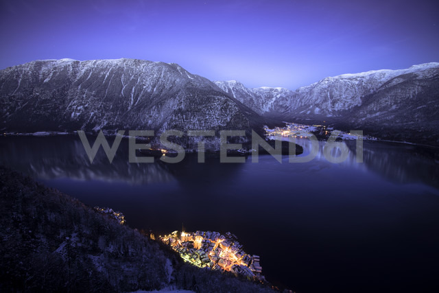 Austria, Salzkammergut, Hallstatt and lake with Dachstein mountains at night - STCF000054