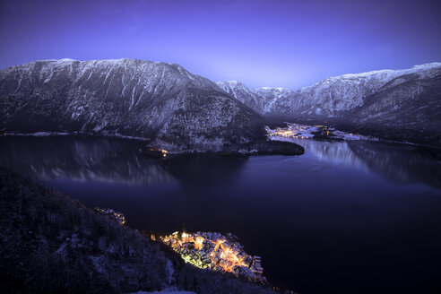 Austria, Salzkammergut, Hallstatt and lake with Dachstein mountains at night - STCF000054