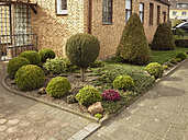 Germany, Oer-Erkenschwick, front yard with cutted hedges - FB000346