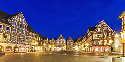Germany, Baden-Wuerttemberg, Schorndorf, Market square, half-timbered houses and fountain - WDF002485