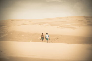 Australia, New South Wales, Woromi Conservation Lands, couple walking in desert dunes - FB000363