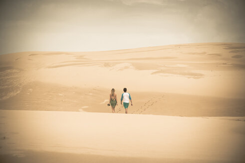 Australia, New South Wales, Woromi Conservation Lands, couple walking in desert dunes - FB000363