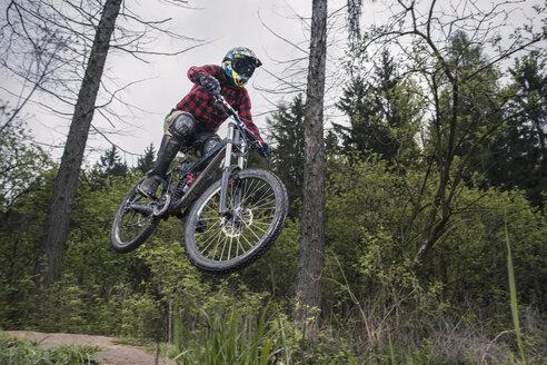 Germany, Lower Saxony, Deister, Bike Freeride in forest - MUMF000053