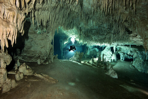 Mexico, Tulum, Cave diver exploring the Sistema Dos Pisos - YR000048