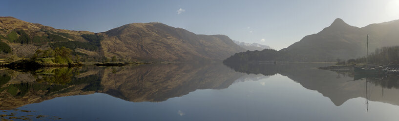 UK, Scotland, Hills reflected in lake - FDF000031
