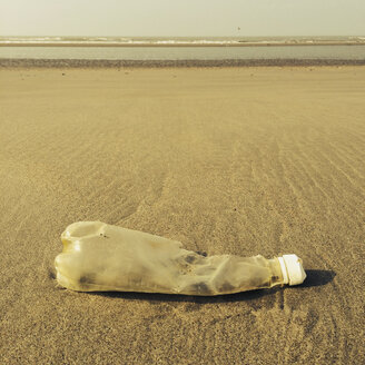 Belgium, Flanders, plastic waste, plastic bottle at the North Sea beach, low tide (pollution) - GWF002730