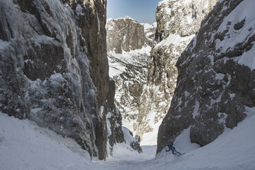 Italy, Dolomites, Val Gardena, Man backcountry skiing - FF001399